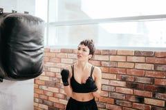 Расстроенная красивая женщина сделала ошибки в боксе нанесенный поражение боксер стоковое изображение rf