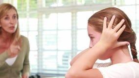 Расстроенная мать браня ее дочь видеоматериал