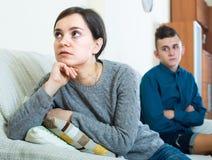 Расстроенная мать и сын дома стоковое фото