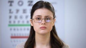 Расстроенная молодая женщина в сломленных eyeglasses смотря к камере, страдая задирать сток-видео