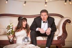 Расстроенная невеста выкрикивая на злополучном супруге стоковые фотографии rf