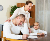 Расстроенная семья с документами Стоковые Фото