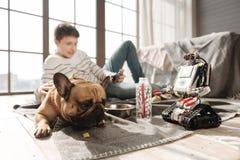 Расстроенная собака лежа около его молодого мастера Стоковое фото RF