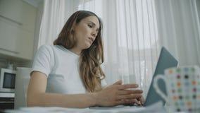 Расстроенное рабочее место ноутбука заключения женщины дома Утомлянн сток-видео