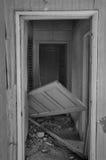 Расстроенной дом покинутый дверью стоковые фото