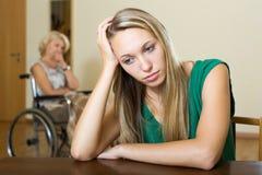 Расстроенные женщина и с ограниченными возможностями Стоковая Фотография RF