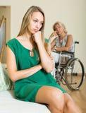 Расстроенные женщина и с ограниченными возможностями Стоковые Фото