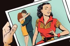 Расстроенные пары девушки и целовать Рука с фото Стоковая Фотография RF