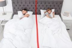 Расстроенные пары с проблемами отношения лежа отдельно стоковая фотография rf
