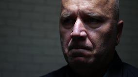 Расстроенный бизнесмен выглядя нервный с плохим выражением стороны акции видеоматериалы