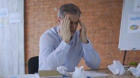 Расстроенный бизнесмен кладя руки на голову Подавленный человек думая о деле в офисе вечером Думая бизнесмен видеоматериал