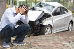 Расстроенный водитель после дорожного происшествия