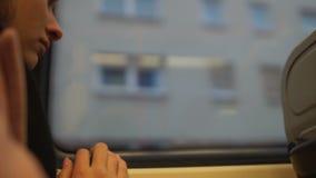 Расстроенный иммигрант девушки смотря дома из окна автобуса, пропуская дома, крупного плана сток-видео