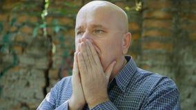 Расстроенный и потревоженный бизнесмен жестикулирует нервный и Dosappointed стоковая фотография rf