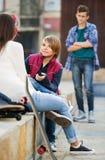 Расстроенный мальчик и пары подростка врозь на улице Стоковое Изображение