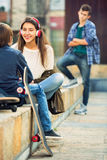 Расстроенный мальчик и пары подростка врозь на улице Стоковая Фотография RF