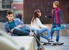 Расстроенный мальчик и пары подростка врозь Стоковое фото RF