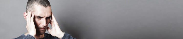 Расстроенный молодой человек страдая от тягостных earache или головной боли, знамени стоковое фото