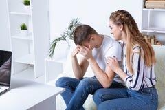 Расстроенный мужской пациент в шкафе психолога стоковые фотографии rf