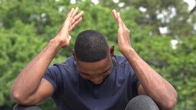 Расстроенный плача чернокожий человек акции видеоматериалы