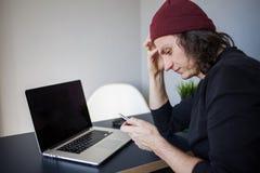 Расстроенный потребитель места вызывает поддержку Развитие и работа в Интернете, телефонный звонок стоковое изображение rf