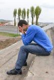 Расстроенный подросток сидя на лестницах Стоковое фото RF