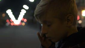 Расстроенный сиротливый плакать мальчика, стоять самостоятельно в большом городе, депрессия и задирать акции видеоматериалы
