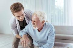 Расстроенный старший человек испытывая сердечный приступ стоковая фотография