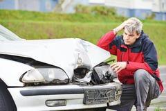Расстроенный человек после автокатастрофы Стоковое фото RF