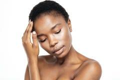 Расслабленная афро американская женщина с свежей кожей стоковое изображение rf