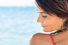 Расслабленная девушка на море Стоковая Фотография