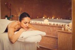 Расслабленная девушка отдыхая на таблице массажа стоковые фотографии rf
