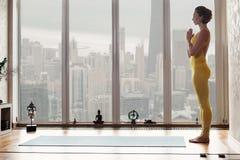 Расслабленная девушка подготавливает для йоги стоковая фотография