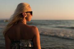 Расслабленная женщина в платье наслаждаясь тропическим пляжем Стоковые Фотографии RF