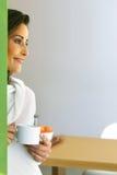 Расслабленная женщина в современной кухне Стоковое Фото