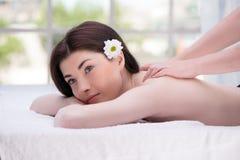 Расслабленная женщина в спа-центре наслаждаясь массажем Стоковое Фото