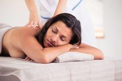 Расслабленная женщина лежа на lounger массажа стоковые изображения rf