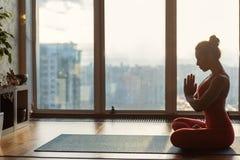 Расслабленная женщина проходя раздумье в ее квартире стоковые изображения rf