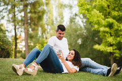Расслабленная женщина с ее smartphone и парнем Стоковое Фото