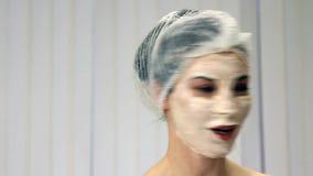 Расслабленная женщина с представлять лицевого щитка гермошлема акции видеоматериалы