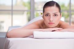 Расслабленная женщина с цветком в спа-центре Стоковое Изображение