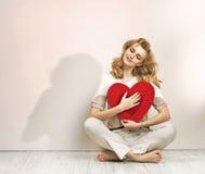 Расслабленная молодая дама с знаком валентинки стоковая фотография