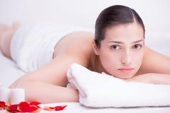 Расслабленная молодая женщина в спа-центре Стоковое Изображение RF