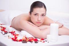 Расслабленная молодая женщина в спа-центре стоковые изображения rf