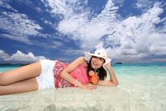 Расслабленная молодая женщина на пляже. стоковое фото