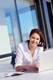 Расслабленная молодая женщина дома работая на портативном компьютере стоковые фотографии rf