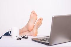 Расслабленная персона держа ноги на таблице Стоковое фото RF