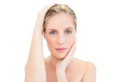 Расслабленная свежая белокурая женщина держа ее голову Стоковое Изображение RF