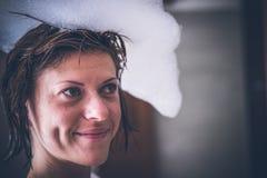 Расслабленная сексуальная молодая нагая женщина в ванне с пеной на ее голове, роскошной виллой, тропическим островом Бали, Индоне стоковые фотографии rf