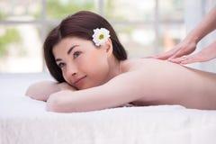 Расслабленная усмехаясь женщина в наслаждаться спа-центра Стоковые Изображения